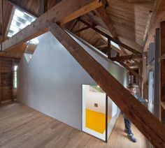 Una galería de arte dentro de una armería de madera del siglo XIX | #madera #decoracion #arquitectura