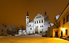 Here is the list of Top Châteaux and Castles in the Czech Republic with pictures and map. You simply must visit these Châteaux and Castles! West Home, What A Wonderful World, Czech Republic, Prague, Wonders Of The World, Explore, Mansions, House Styles, Pictures
