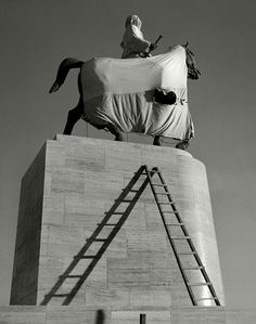 Herbert List The monument to King Constantine of Greece, Athens, 1937 History Of Photography, Modern Photography, Image Photography, Black And White Photography, Street Photography, Photography Magazine, Herbert List, Magnum Photos, Lewis Baltz