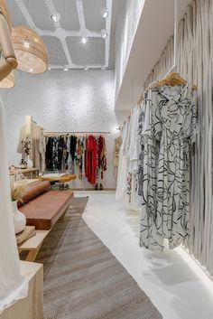 retail store architecture scandinavian and rustic, mediterranean, boho and natural decor Boutique Interior, Fashion Shop Interior, Design Boutique, Boutique Decor, Boutique Ideas, Aesthetic Stores, Aesthetic Rooms, Store Layout, Craft Room Decor