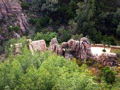 Corsica - Fleuves et Rivières - Le moulin du ruisseau de Dardo dans les Calanche.Le Dardo est un ruisseau de Corse-du-Sud qui traverse les Calanques de Piana, d'une longueur de 6,9 kilomètres, le Dardo prend sa source sur la commune de Piana à l'altitude de 1 200 mètres sous le nom de ruisseau de Piazza Moninca, sous Capu di u Vitullu (1 292 m).Qui a son embouchure dans l'anse de Dardo sur la rive sud du golfe de Porto en Mer Méditerranée.
