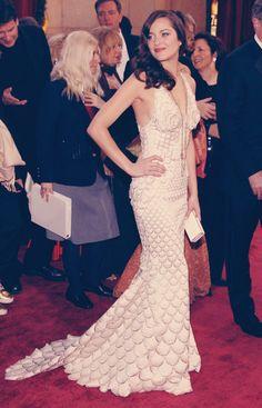 Marion Cotillard in Jean Paul Gaultier at the 2008 Academy Awards. All-time favorite Oscar gown. Oscar Gowns, Best Oscar Dresses, Vestidos Oscar, Ugly Dresses, Nice Dresses, Formal Dresses, Emma Stone, Halle Berry, Angelina Jolie