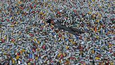 Chin Chih Yang liegt inmitten von 30.000 Aluminiumdosen.