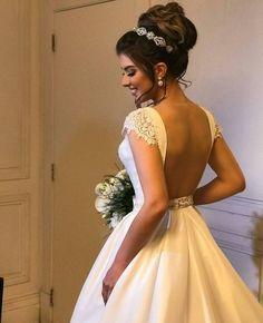 Amazing Wedding Makeup Tips – Makeup Design Ideas Curly Wedding Hair, Simple Wedding Hairstyles, Classic Hairstyles, Bride Hairstyles, Bridal Hair, Bridal Beauty, Wedding Makeup Tips, Bride Makeup, Trendy Wedding