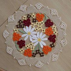 ortası renk rnek çiçek motifli yuvarlak dantel örtü modeli