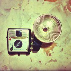 1959 Ansco Cadet. It needs: 127 film & bulb ^_^