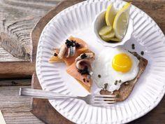 Das Schnitzel Holstein ist ein köstlicher Klassiker der gutbürgerlichen Küche – nur echt mit Kalbsschnitzel, Kaviar, Lachs, Spiegelei und Kapern!
