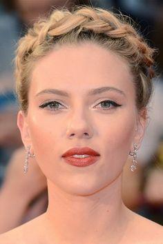 Scarlett Johansson è 'intrecciata'!  Treccia 'russian style' ed eyeliner per Scarlett Johansson alla première europea londinese di The Avengers