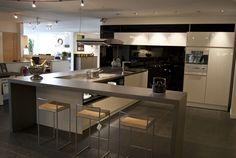 SieMatic hoekkeuken-eiland Showroom, Table, Furniture, Home Decor, Kitchens, Interior Design, Home Interior Design, Desk, Fashion Showroom