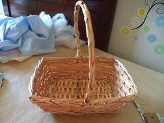 vamos a empezar forrando la cestita para guardar las cositas del bebe...es una sencilla cesta de mimbre con su asita...no es muy gr... Picnic, Basket, Baby Shower, Ideas Para, David, Baby Girls, Baby Coming Home Outfit, Tela, Wicker Baskets
