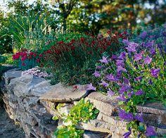ideen für gartenmauer naturstein blumen dekoration