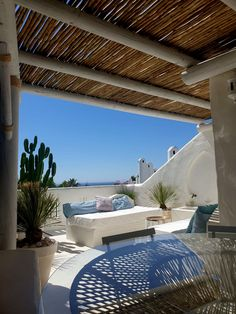 Vistas impresionantes desde la terraza de una casa particular en Marbella. Timber Fencing, Timber Deck, Outdoor Living Areas, Living Spaces, Construction Area, Timber Structure, Thatched Roof, Wooden Pergola, Estilo Boho