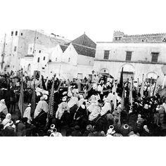 01/11/1913LA PASCUA DEL CARNERO EN TETUAN. ASPECTO DE LA PLAZA DE ESPAÑA AL PASAR EL JALIFA CON SU COMITIVA PARA DIRIGIRSE AL PALACIO DESPUÉS DEL REZO CON QUE SOLEMNIZARON EL PRIMER DÍA DE LA PASCUA MORA: Descarga y compra fotografías históricas en | abcfoto.abc.es