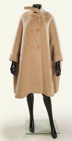 """GRES Haute Couture, circa 1953/54 MANTEAU-CAPE en lainage café au lait, court col[...], mis en vente lors de la vente """"Haute Couture & Red Carpet"""" à Artcurial -"""