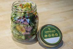 Jarheads: een gezonde maaltijd in een stijlvolle bokaal met biologisch geteelde groenten. De bokaal is herbruikbaar, wordt thuisbezorgd en kan terug gezonden worden met de volgende levering.   http://www.jarheads.be/waarom-the-jar/