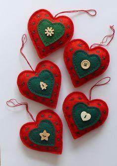 Vánoční srdíčka Vánoční srdíčka na stromeček. Rozměr 8,5 x 8,3 cm. Vyrobeno z plsti (filcu) a vyplněno dutým vláknem. Cena za 1 kus.