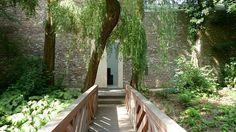 Es ist ein magischer Ort.  Für Kunst- und Naturliebhaber ist das Museum Insel Hombroich geradezu paradiesisch. Inmitten einer urwüchsigen Flora zwischen Teichen und Wäldern finden sich in luftigen Pavillons einzigartige Kunstwerke quer durch die Jahrhunderte und Kulturen.