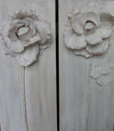 Plak plastic bloem op verdoek, verfprimer er over en verven.