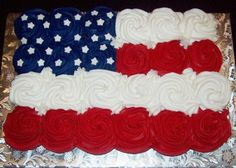 Pull Apart Cupcake Cakes are all the rage right now! Turn cupcakes into a cake with these fun ideas for any party or event! 4th Of July Cake, 4th Of July Desserts, 4th Of July Party, Fourth Of July Food, July 4th, Holiday Cakes, Holiday Desserts, Holiday Treats, Pull Apart Cupcake Cake