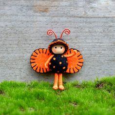 Importiant!!! Dies ist ein Pre-Order-Element. Es wird 5 bis 7 Werktage nach dem Kauf Schiff. Dies ist eine süße 2-Zoll-Halloween-Bug! Diese kleinen Buggie ist so süß in Farben oder Halloween! Süßes oder Saures! Diese kleinen Bug ist so süß! Es ist poseable und Objekten festhalten wird. Diese 1,5-Zoll Biene ist sehr robust und mit gespielt werden. DIE FLÜGEL SIND FÜR DEN KÖRPER SCHÖN UND SICHER GENÄHT. Es steht nicht allein. Diese kleinen Bug besteht aus Draht in Baumwolle Zahnseide abgede...