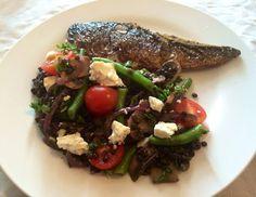 Skindstegt makrel og lun salat med belugalinser, bønner, champignon og feta