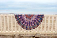 Drap de plage rond inspiré des magnifique mandalas indien.    Parfait en guise de paréo, pour faire du yoga, pour un pique-nique ou même pour décorer votre intérieur posé sur un canapé, sur un lit ou bien accroché à un mur. Ce drap vous accompagnera partout. Mandala Orange, Indian Mandala, Tapestry Wall Hanging, Dorm, Beach Mat, Outdoor Blanket, Wall Art, Parfait, Home Decor