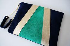 POCHETTE dragonne en cuir tricolore couleurs: bleu, doré, vert Dimensions: 26x20,5 cm Fermeture en plastique de couleur bleu nuit Dragonne en cuir bleu avec chaînette dorée - 15842781