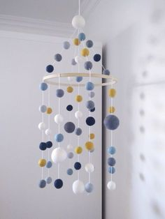 Mobile pour bébé nuance de bleu jaune moutarde blanc boules de laine feutrée/chambre de bébé enfant/Minimaliste/Décoration/Fait au Québec de la boutique BulleEtBallon sur Etsy
