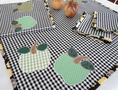 Decore sua cozinha com produtos artesanais confeccionados com exclusividade para você. Esse conjunto em xadrez vichy vermelho e branco bordado em aplicações de pimentas fica muito bom para a sua casa de praia, de campo, seu apartamento ou para presentear. É confeccionado em tecido 100% algodão. ...