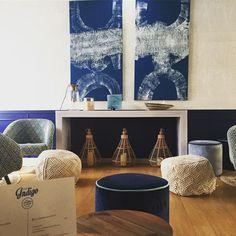 ulle d'oxygène, bulle d'énergie, bulle d'air... Avec la mer en toile de fond, la décoratrice @agence_annabelle_fesquet a mis en scène les Bulle D Air, Indigo, Decoration, Tapestry, Instagram, Artwork, Home Decor, Backdrops, Blue