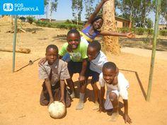 Sambiassa sijaitsevassa SOS-lapsikylässä ei pienten pelaajien tarvitse palella. #jalkapallo #SOS-Lapsikylä #Sambia