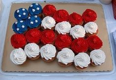 Independence Day of July) Flag Cupcakes! I would use mini cupcakes, so you can do an extra stripe or two at the bottom. I like that it's a wavy design, not just straight across. 4th Of July Celebration, 4th Of July Party, Fourth Of July, 4. Juli Party, Independance Day, Patriotic Party, Patriotic Cupcakes, Patriotic Desserts, Patriotic Crafts