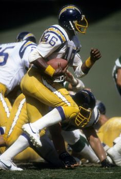 Chuck Muncie of the San Diego Chargers carries the ball against the New York Jets during an NFL football game at Jack Murphy Stadium September 4 Nfl Football Players, Football Memes, Football Uniforms, School Football, American Football League, National Football League, Football Photos, Sports Photos, Best Running Backs