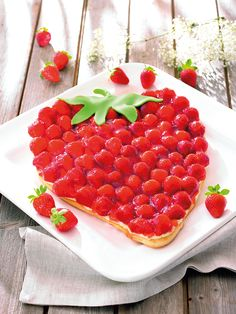 Riesen-Erdbeere Eine fruchtige Erdbeertorte mit einer Marzipansahne für den Sommer