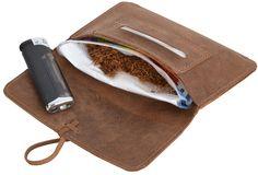 Gehörst Du auch zu den Selbstdrehern? Und jetzt fehlt Dir nur noch das passende Zubehör? Dann bist Du hier endlich fündig geworden. Mit dieser Tabaktasche kannst Du Deine Utensilien einfach und sicher verstauen - Leder Tabaktasche - Lederaccessoire - Gusti Leder - 2T1-22-5