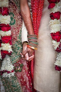 Indian weddings are hot, full of colors, glitter, adorable details and yummy cuisine! The first thing to mention is bridal and groom look – this is incredible! Those saris. Indian Wedding Pictures, Indian Wedding Poses, Wedding Picture Poses, Big Fat Indian Wedding, Desi Wedding, Wedding Pics, Indian Bridal, Indian Weddings, Wedding Ideas