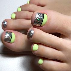 Best Toe Nail Art Ideas For 2019 Blockiertes Design für Zehen mit Bling Glitter Toe Nail Color, Toe Nail Art, Nail Colors, Beautiful Toes, Pretty Toes, Pretty Nails, Pretty Nail Designs, Toe Nail Designs, Hair And Nails
