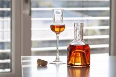 Making herbal liqueur yourself - It& so easy Easy Drink Recipes, Healthy Recipes, Cocktail Drinks, Cocktails, Pork Fillet, Kraut, Wine Decanter, Plastic Bottles, Drink Bottles
