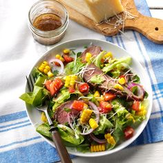 Veggie Steak Salad Recipe -This salad just explodes with flavors. It's easy and quick to prepare, tastes delicious, and is a healthy dinner all on one plate. Salad Recipes Video, Salad Recipes For Dinner, Dinner Salads, Healthy Salad Recipes, Steak Recipes, Meal Salads, Meatloaf Recipes, Healthy Dishes, Detox Recipes
