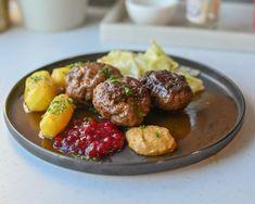 Kjøttkaker i brunsaus | Gladkokken Dinner Recipes, Beef, Ethnic Recipes, Food, Norwegian Recipes, Hamburger Patties, Meat, Essen, Meals