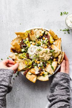 Mediterranean Nachos is part of food_drink - An easy and quick vegetarian appetizer with crispy, warm pita pieces, Mediterranean toppings, served with hummus and tzatziki sauce Appetizers For Party, Appetizer Recipes, Seafood Appetizers, Appetizer Dishes, Sunday Dinner Recipes, Clean Eating Snacks, Healthy Eating, Healthy Life, Healthy Food