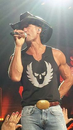 Those muscles Male Country Singers, Country Love Songs, Best Country Music, Country Music Artists, Country Music Stars, Country Men, Tim And Faith, Tim Mcgraw Faith Hill, Guys And Dolls