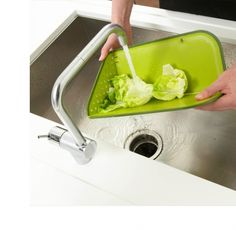 Rinse - brilliant chopping board lays flat, folds up to create a colander, and then tips over for easy pouring out into the pan Home Gadgets, Kitchen Gadgets, Kitchen Appliances, Cooking Gadgets, Tech Gadgets, Colanders And Strainers, Diy Cutting Board, Joseph Joseph, Small Space Living