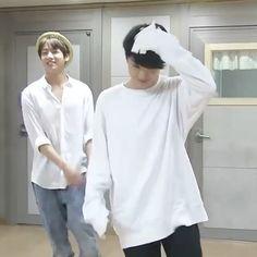 a baby and a baby tryna be sexy? Jungkook Dance, Jimin Jungkook, Bts Taehyung, Bts Bangtan Boy, Jungkook Smile, Jungkook Funny, Bts Memes, Kpop Gifs, Bts Dancing