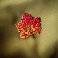 Такое у нас сейчас лето, что лучше бы уже осень так и появилась брошь Кленовый лист #брошьизбисера #брошьручнойработы #брошькленовыйлист #кленовыйлист #брошьвгомеле