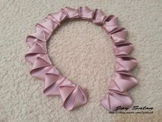 Como hacer…..Paso a Paso   chispis.com Diy Ribbon Flowers, Ribbon Flower Tutorial, Paper Flowers Craft, Felt Flowers, Flower Crafts, Fabric Flowers, Kanzashi Tutorial, Cute Sewing Projects, Ribbon Sculpture