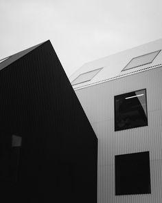 Frederiksvej Kindergarden designed by danish architects COBE situated in Frederiksberg, Denmark. Black Architecture, Minimalist Architecture, Beautiful Architecture, Architecture Design, Kindergarten Photography, Metal Facade, Metal Roof, Kindergarten Design, Timber Cladding