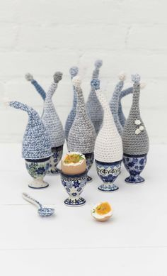 La Maison Victor NL | Blog | Maak zelf de kleding en accessoires van je dromen! | Page 2 Crochet Egg Cozy, Easter Crochet, Crochet Toys, Knit Crochet, Knitting Patterns, Crochet Patterns, Crochet Ideas, Yarn Organization, Polish Pottery