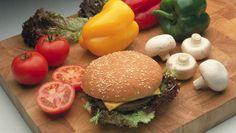 Uit een internationaal onderzoek naar eetgewoonten in 187 landen blijkt dat we ongezond eten. En dat terwijl er meer fruit, groeten en andere gezondheidsmiddelen beschikbaar zijn dan ooit tevoren. De wereld snakt naar vooral naar junkfood. Een internationaal team onderzocht 320 voedingsenquêtes van 1990 tot 2012. Uit de studie bleek ook dat ouderen gezonder eten dan jong volwassenen en dat vrouwen meer op hun eten let dan mannen. (WETENSCHAP, het Verenigd Koninkrijk)