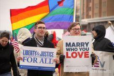米バージニア(Virginia)州ノーフォーク(Norfolk)にある裁判所前で、結婚の平等を訴える人たち(2014年2月4日撮影)。(c)AFP/Getty Images/Jay Paul ▼22May2014AFP|米国民の55%が同性婚に賛成、過去最高 http://www.afpbb.com/articles/-/3015622